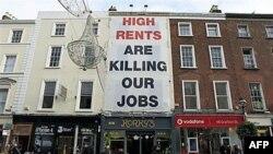 Bảng treo trước một cửa hàng ở Ireland phàn nàn về tiền thuê cơ sở cao