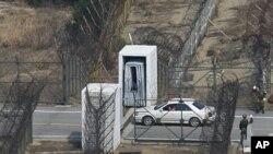 Du khách Hàn Quốc đi vào Khu phi quân sự (DMZ) để băng qua biên giới ngăn cách hai miền Triều Tiên tại Goseong, phía đông bắc Nam Triều Tiên
