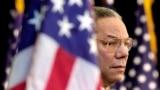 Foto Achiv: Colin Powell gade foul la pandan Prezidan George Bush pwononse yon diskou nan Depatman d'Eta nan Washington, 15 Fev. 2001.