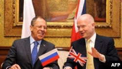 Главы МИД Великобритании У. Хейг и России С. Лавров (слева) подписали соглашение о создании горячей линии связи между резиденцией премьер-министра на Даунинг-стрит и Кремлем. Лондон. 15 февраля 2011 года