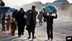 Syrians walk toward Turkish border at the Bab al-Salam crossing, Syria, Feb. 5, 2016.