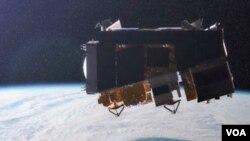 El satélite girará en una órbita polar alrededor de la Tierra a unos 820 kilómetros de distancia.
