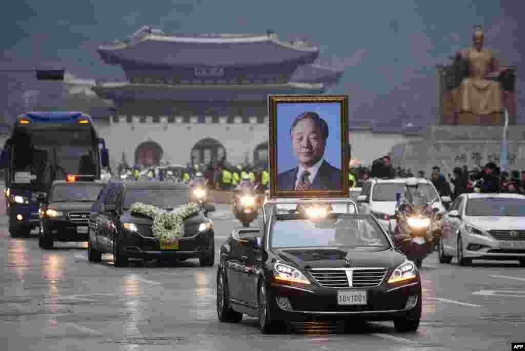 کاروان موتر ها در حال انتقال تابوت کیم یونگ سام رئیس جمهور سابق کوریا ی جنوبی در شهرسئول