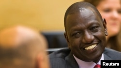 William Ruto parle à son avocat à la CPI, à La Haye le 10 septembre 2013. (Reuters/Michael Kooren)