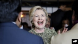 Kandidat calon presiden Partai Demokrat, Hillary Clinton, berbicara dengan warga di Queens, New York (11/4). (AP/Seth Wenig)