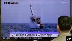 Seorang warga Korsel menonton berita peluncuran misil oleh Korea Utara (foto: dok).