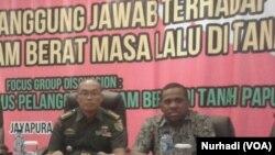 Marinus Yaung (kanan) dan Pangdam Cendrawasih dalam sebuah diskusi mengenai pelanggaran HAM di Papua (Foto: VOA/Nurhadi)