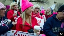 Las mujeres con sombreros rosados comienzan a reunirse temprano y están listas para hacer oír sus voces en el primer día completo de la presidencia de Donald Trump, el 21 de enero de 2017 en Washington.