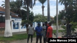 Pessoas à porta da Rádio Ecclesia, Benguela, Angola