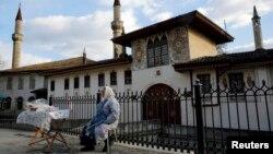 Krimska Tatarka prodaje slatkiše ispred palate u Bakčisaraju
