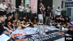 數十名學民思潮成員最近在香港特區政府新總部外請願,以歌聲呼籲有關當局撤回洗腦式國民教育