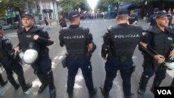 Policija sprečava radikale i desničare da dođu do mesta održavanja festivala Mirdita - dobar dan, u Beogradu, 30. maja 2018. (Foto: Veljko Popović, Glas Amerike)