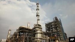 Nhà máy lọc dầu Guru Gobind Singh gần thành phố Bhatinda của tiểu bang Punjab ở miền bắc Ấn Độ có khả năng lọc 9 triệu tấn dầu thô mỗi năm