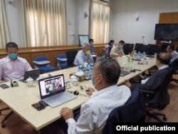COVID-19 နဲ႔ ပတ္သက္ၿပီး အစိုးရေကာ္မတီနဲ႔ ကရင္အမ်ိဳးသားအစည္းအရံုး KNU တို႔ရဲ႕ online meeting ညိွႏိႈင္းေဆြးေႏြးပဲြ (သတင္းဓာတ္ပံု - Hla Maung Shwe's Facebook ေမ ၁၁၊ ၂၀၂၀)