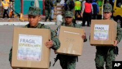 Tentara Ekuador membawa kotak suara pasca pilpres di sana, Minggu (19/2).