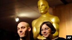 Joshua Oppenheimer (kiri) dan produser Signe Byrge Sorensen dalam sebuah resepsi Academy Awards sebelum malam penganugerahan Oscars.
