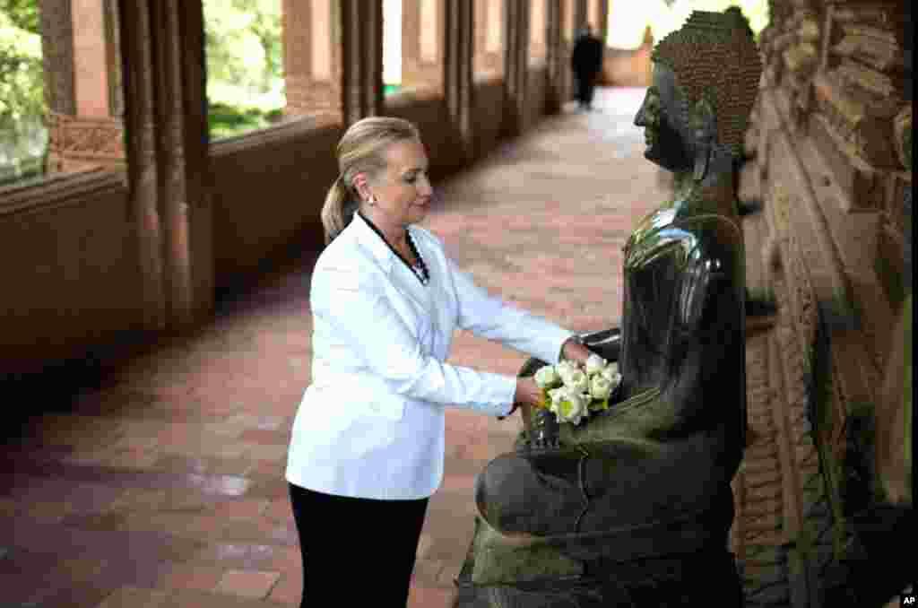 Ngoại trưởng Mỹ Hillary Clinton đặt hoa tại một bức tượng khi đến thăm Chùa Phra Keo ở Vientiane, Lào, ngày 11/7/2012