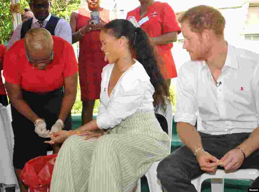 به مناسبت روز جهانی ایدز، که چند روز پیش انجام شد، شاهزاده هری و ریحانا، خواننده معروف، آزمایش خون میدهند.    بریجتاون، باربادوس