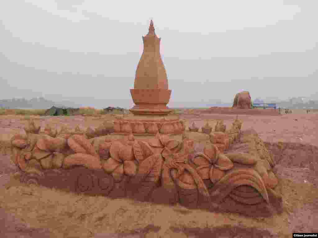 Lao New Year Sand Monument1