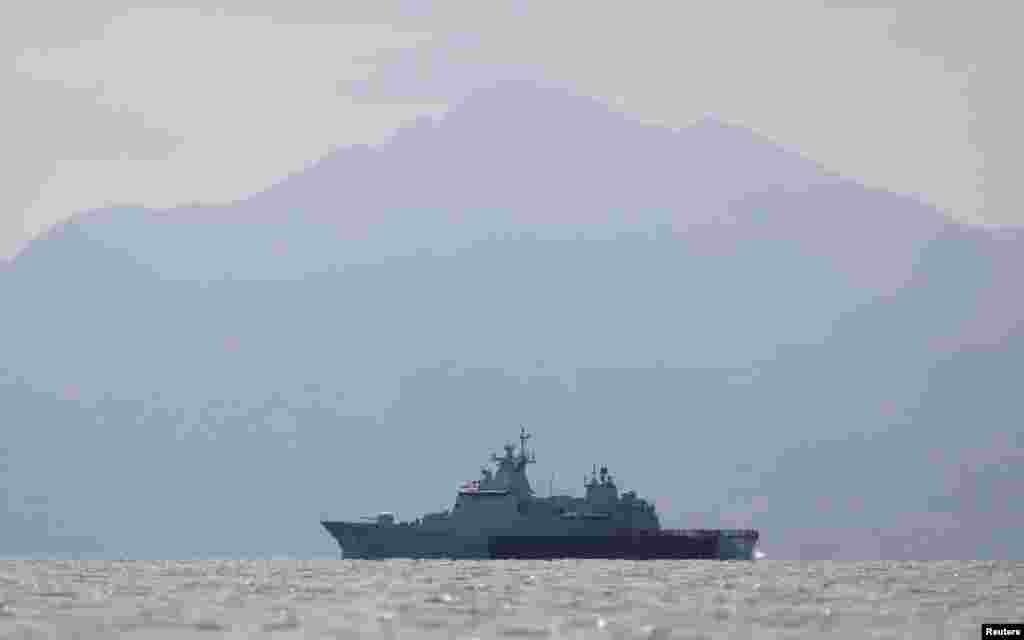 Sebuah kapal angkatan laut Malaysia berpatroli di perairan dekat pulau Langkawi (17/5). Kapal-kapal Malaysia hari Sabtu mencegah sebuah kapal berisi migran masuk ke Malaysia, mengabaikan seruan PBB untuk penyelamatan segera. (Reuters/Olivia Harris)
