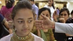 Permintaan emas sangat tinggi di India, karena selain India tidak menghasilkan emas, logam mulia ini telah lama menjadi hadiah secara adat dalam pernikahan dan acara khusus lainnya (foto: dok).