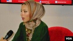 Noor Tagouri meluncurkan kampanye #LetNoorShine untuk memperjuangkan penyiar berhijab di televisi nasional Amerika (foto: VOA/Alina Mahamel).