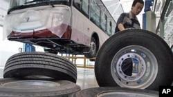 中国工人搬运生产线上的轮胎(2012年)