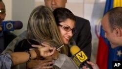 베네수엘라 카라카스에서 괴한에 납치됐다가 14일 풀려난 나이로비 핀토 기자(가운데)가 가족과 포옹하고 있다.