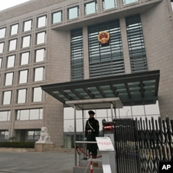 A guard stands at the gate of the Beijing High People's Court, where Xue Feng's appeal hearing is taking place