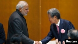 India's Prime Minister Narendra Modi (L) shakes hands with chairman of Japan Business Federation (Keidanren) Sadayuki Sakakibara (R) after Modi spoke during a luncheon organized by Keidanren in Tokyo, Sept. 1, 2014.