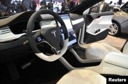 Nội thất bên trong của xe Tesla X Concept SUV