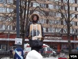 一名妇女在莫斯科支持政治犯的集会上,她胸前的照片是俄罗斯前首富霍多尔科夫斯基。(美国之音白桦拍摄)