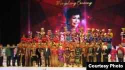 """""""Elly Kasim foto bersama Wakil Presiden Jusuf Kalla dan ibu, tamu-tamu istimewa lainnya, dan para pengisi acara"""". (Foto: Ria HD)."""