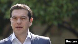 Perdana Menteri Alexis Tsipras meninggalkan kediamannya untuk bertemu dengan para pemimpin partai di istana kepresidenan di Athena, Yunani (6/7).
