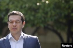 Thủ tướng Hy Lạp Alexis Tsipras trên đường đến dự cuộc họp với các nhà lãnh đạo khác của đảng Syriza.