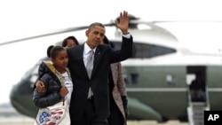 شکاگو سے واشنگٹن روانگی کے وقت، صدر اوباما اپنے اہل خانہ کے ساتھ