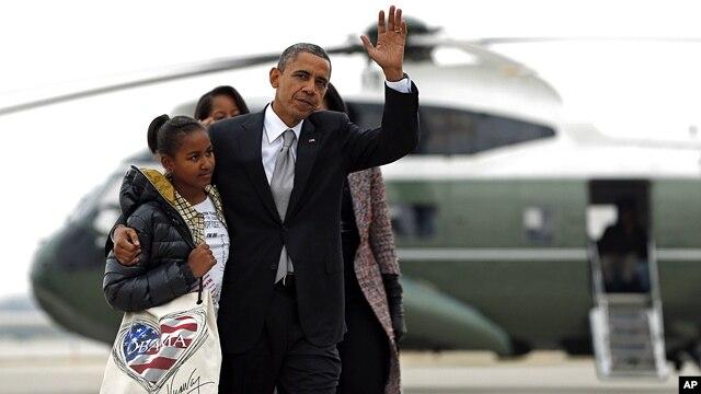 Tổng thống Obama cùng Ðệ nhất phu nhân Michelle và hai con đáp Chuyên cơ Air Force One về Washington từ Chicago.