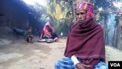미얀마 로힝야족 난민 가족이 방글라데시 임시 거처에서 거주하고 있다. 지난해 11월 미얀마 군인들이 이들 가족의 집을 불에 태우자 모하마드 엘리야스 씨는 아내와 두 아이를 데리고 피난했다.
