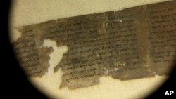 Los científicos han estudiado los manuscritos utilizando técnicas modernas, juntando miles de fragmentos de pergamino y papiro en cientos de documentos.