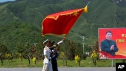 仪仗队为9月3日的大阅兵在中国国家主席习近平的画像前进行演习操练 (2015年8月22日)