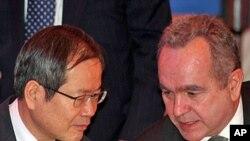 美國助理國務卿坎貝爾(左)在首爾與南韓核問題談判代表林聖男(右)舉行會談。