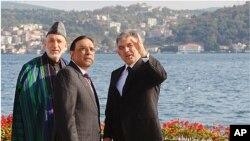 Ο Πρόεδρος του Αφγανιστάν Χαμίντ Καρζάι με τον πακιστανό ομόλογό του Ασίφ Αλί Ζαρντάρι και τον τούρκο Πρόεδρο Αμπντουλάχ Γκιούλ, στην Κωνσταντινούπολη.
