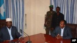 Somali President Sheik Sharif Sheik Ahmed (l) with new Prime Minister Mohamed Abdullahi Mohamed (r)
