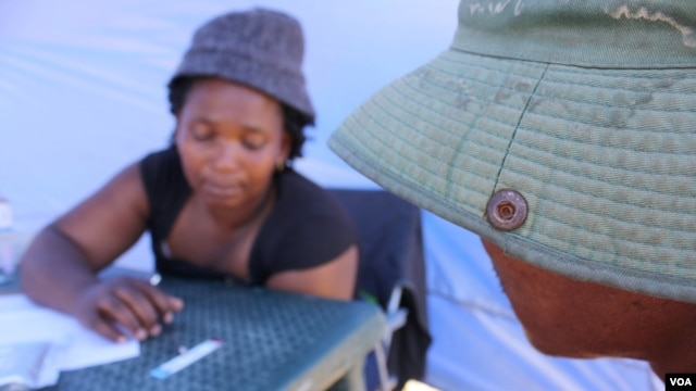 Nurse Nokwezi Dishi counsels a man who's just tested positive for HIV (D. Taylor/VOA)