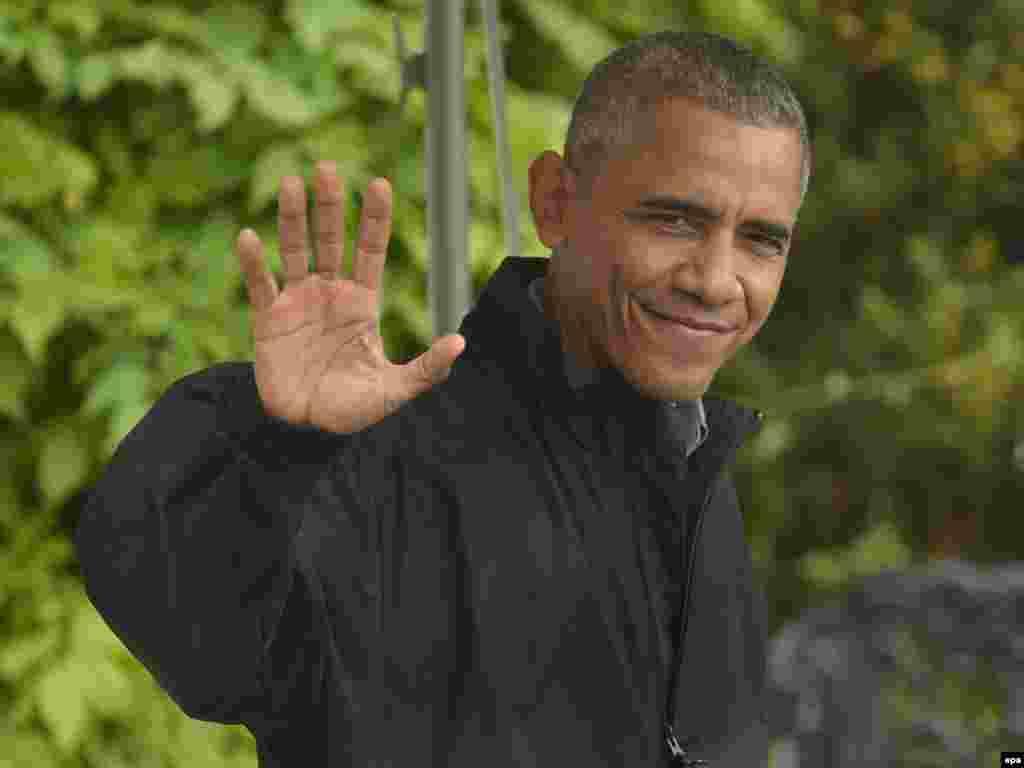 Tổng thống Obama vẫy chào báo giới khi đi ra chiếc trực thăng Marine One đỗ trong khuôn viên Nhà Trắng để bay tới Căn cứ Không quân Andrews ở tiểu bang Maryland, nơi chiếc chuyên cơ Air Force One chờ sẵn, hôm 21/5.