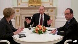 Angela Merkel (à g.), Vladimir Pourtine et François Hollande (à dr) cherchent à forger un accord sur l'Ukraine