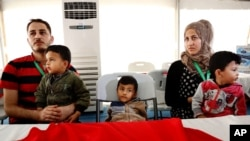 شامی پناہ گزین خاندان اردن میں امریکی سینٹر میں اپنے اندراج کا منتظر (فائل فوٹو)