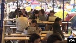 香港学生在参加抗议活动期间抽空补习功课。(资料照)