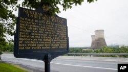 三哩島核洩漏事故後,當局在核電廠前設立紀念牌匾。