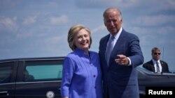 Демократична кандидатка у президенти Гілларі Клінтон із віцепрезидентом Джо Байденом під час передвиборчої кампанії 2016 року, Скрентон, штат Пеннсильванія, 15 серпня 2016 (REUTERS/Charles Mostoller)